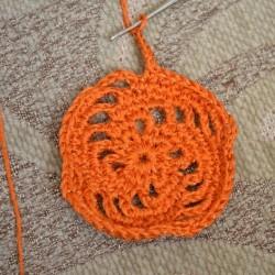 Вяжем квадрат с выпуклой спиралью крючком — фото с МК.