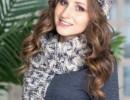 Комплект с помпонами: шарф и шапка спицами с описанием и схемами