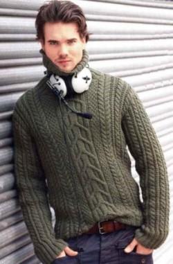 Серо-зелёный пуловер с косами