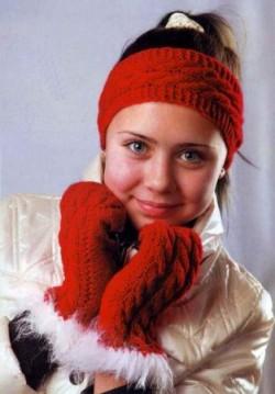 Красные варежки и повязка на голову