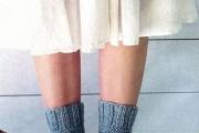Серые носки, связанные на двух спицах