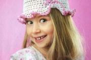 Белая шапочка с розовым цветочком. Вязание для детей крючком