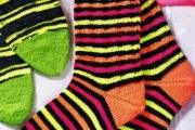 Носки женские в «неоновую» полоску. Полосатые носки спицами